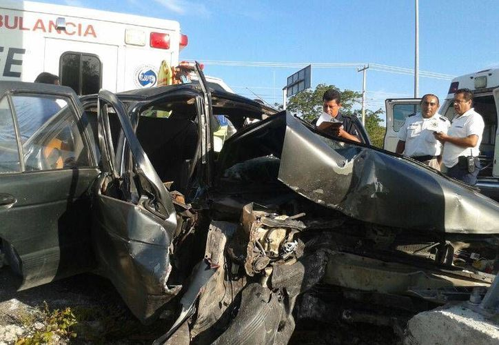 Las personas que estaban abordo del vehículo fueron auxiliadas por Bomberos y Protección Civil. (Sergio Orozco/SIPSE)