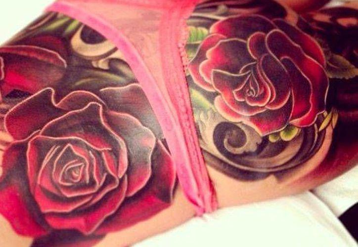 El tatuador tardó 15 horas en plasmar este diseño en el cuerpo de Cheryl Cole. (mirror.uk)