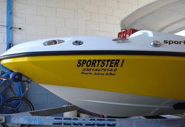 El navío es de color blanco con amarillo, mide 4.5 metros de largo, matrícula 230180148 . (Redacción/SIPSE)