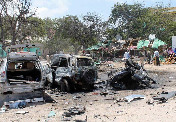 Así quedaron algunos autos estacionados afuera del restaurante donde ocurrieron los bombazos. (Agencias)