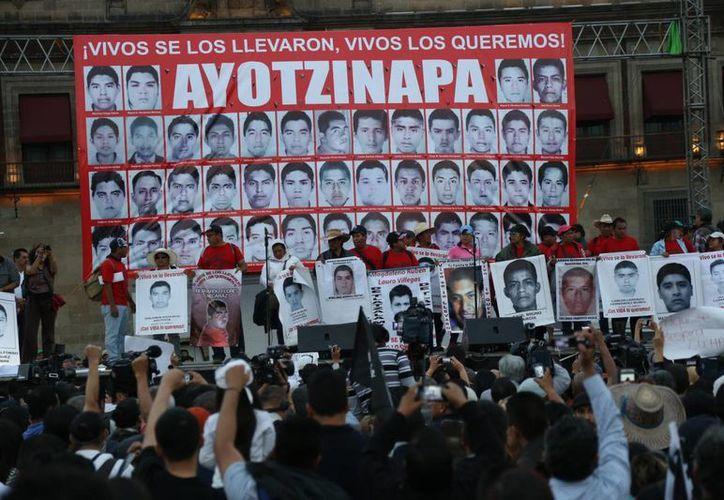 La versión de la PGR sobre el caso de los normalistas de Ayotzinapa se vino abajo tras el estudio que realizaron los forenses de Argentina. Imagen de archivo en la que se muestra una manifestación de los familiares de los estudiantes desaparecidos. (Archivo/Agencias)