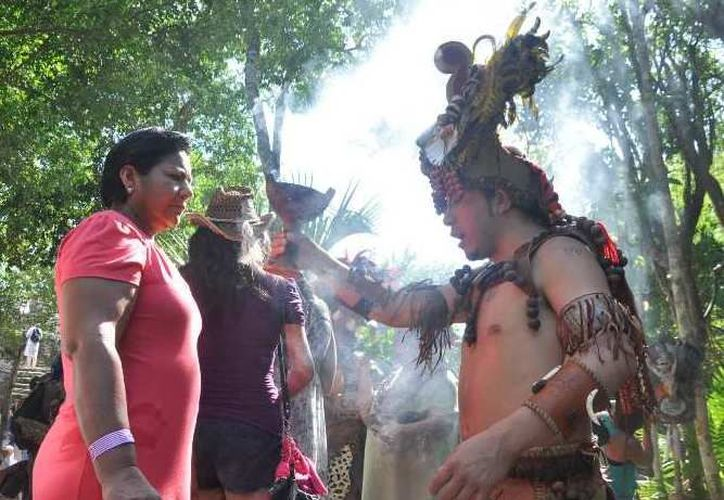 Explican a los visitantes sobre la importancia que tiene para los mayas la naturaleza. (Alida Martínez/SIPSE)