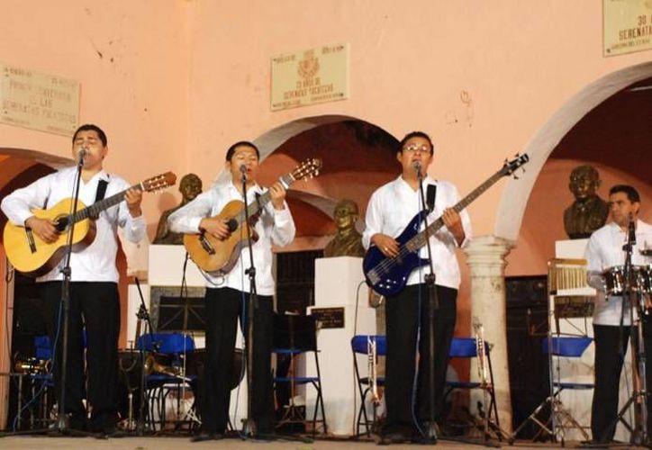 La Serenata Yucateca se realiza todos los jueves en punto de las 9:00 de la noche en el Parque de Santa Lucía. (Archivo/ merida.gob.mx)