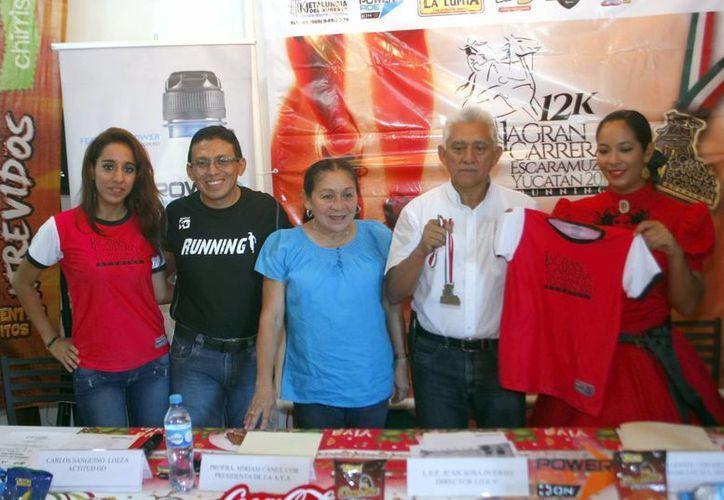 Anuncio de la primera Gran Carrera de las Escaramuzas Yucatán 2014 con el objetivo de recaudar fondos. (Christian Ayala/Milenio Novedades)