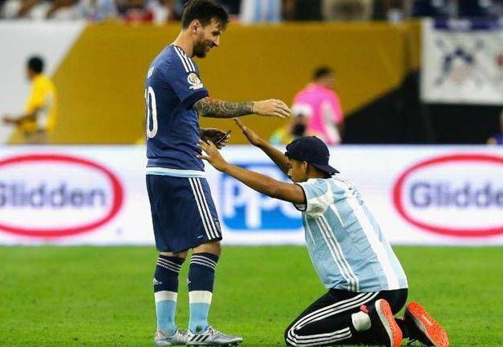 Algunos fans tienen la suerte de recibir algo de Messi, algunos ni siquiera logran acercarse. (cbssports.com)