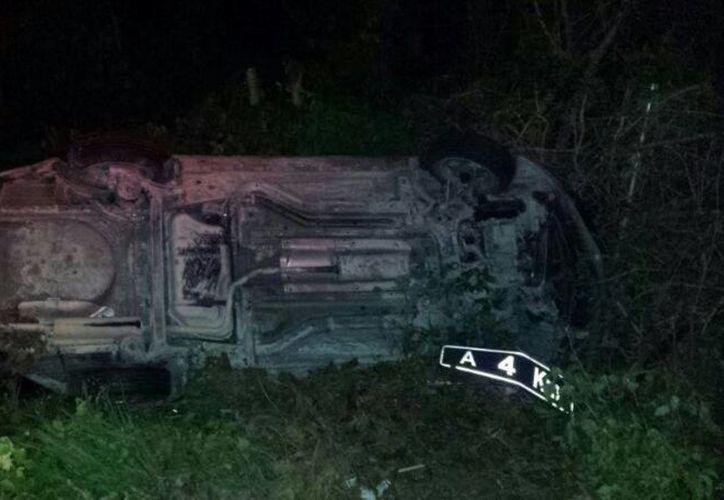 Un hombre volcó su vehículo tras dormitar por unos segundos mientras manejaba sobre la carretera federal. (Redacción/SIPSE)