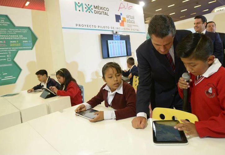 Peña Nieto aseguró que la reforma educativa será la de mayor trascendencia en la sociedad mexicana. En la imagen, el Presidente recorre las instalaciones del XVI Encuentro Internacional Virtual Educa México 2015 en Guadalajara, Jalisco. (Presidencia)