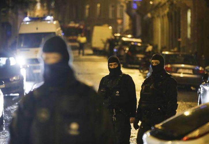 Efectivos antidisturbios vigilan los accesos cerrados en la calle donde se llevó a cabo una operación antiterrorista en la ciudad de Verviers, en la provincia de Lieja, Bélgica. (EFE)