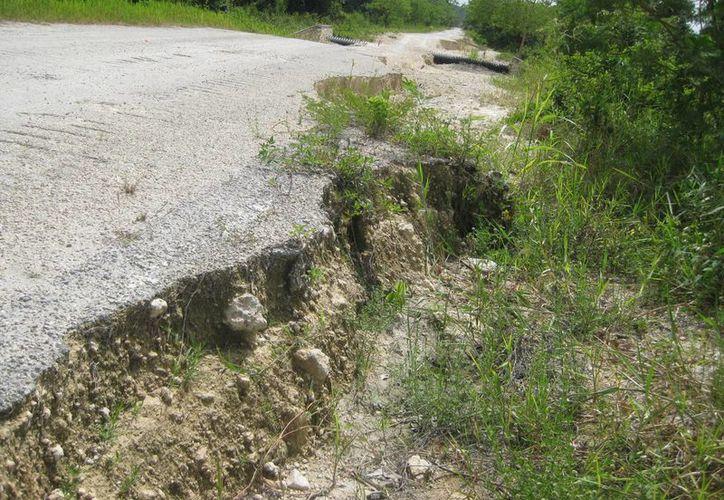 Los escurrimientos deslavaron algunas carreteras. (Javier Ortiz/SIPSE)