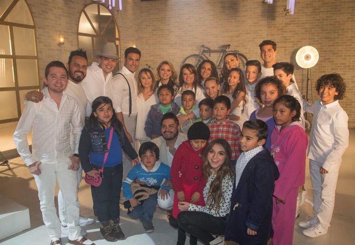Angélica Rivera, acompañada por pacientes del Hospital Infantil de México 'Federico Gómez', asistió a los Estudios Churubusco donde se grabó un videoclip de la canción 'Luz'. (Notimex)
