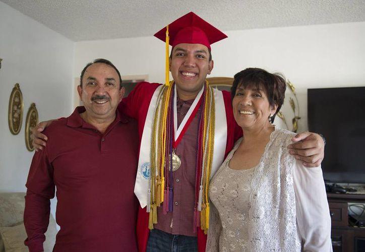 Fernando Rojas, con sus padres María y Raúl, en Fullerton, California. Fernando fue aceptado en las 8 mejores universidades del mundo. (Foto: AP)