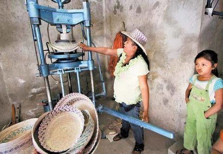 Las señoras de Zotoltitlán elaboran sombreros con máquinas de coser y una prensa que trabaja con gas. (Omar Franco/Milenio)