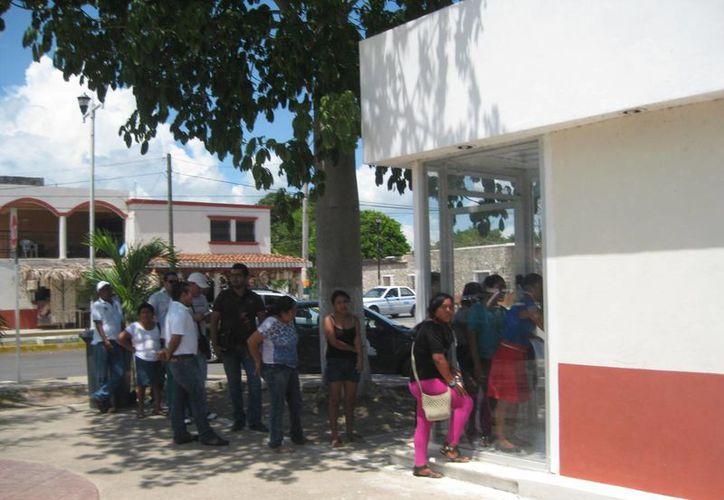 Los cajeros automáticos en Bacalar resultan insuficientes para dar el servicio en el polo turístico. (Javier Ortiz/SIPSE)