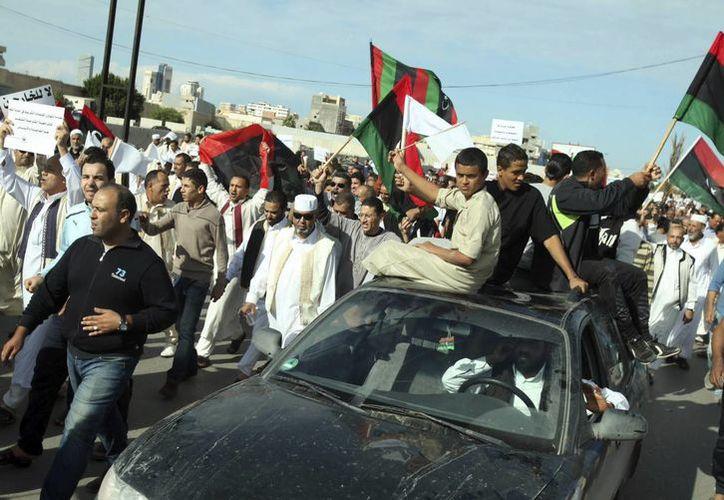 Numerosos manifestantes libios protestan por la presencia de milicias en el casco urbano de Trípoli, Libia. (EFE)