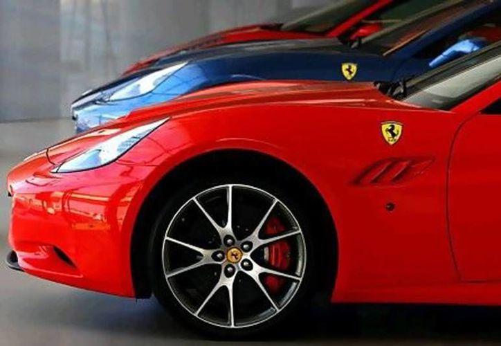 En total se decomisaron 19 vehículos, 17 falsos Ferrari y dos imitaciones de Aston Martin. (thenational.ae)