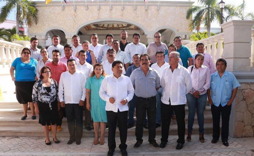 Filiberto Martínez, diputado local con licencia, posa con su equipo de colaboradores. (Adrián Barreto/SIPSE)