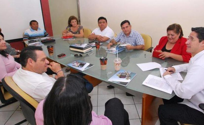 El presidente municipal durante la reunión con el Cuerpo Colegio. (Cortesía/SIPSE)