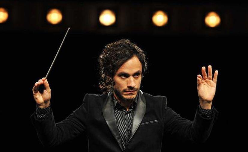 Gael García se encuentra nominado a los premios  'Globos de Oro' por su participación en  'Mozart In The Jungle', en la cual representa a un director de cine. En la foto, el actor mexicano durante una escena de la película. (Excélsior)