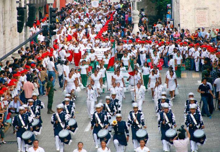 El Gobierno del Estado anunció que el desfile conmemorativo del aniversario de la Revolución Mexicana en Mérida será por la tarde, a fin de evitar problemas de congestionamiento vial. La imagen es de archivo. (Juan Albornoz/Milenio Novedades)