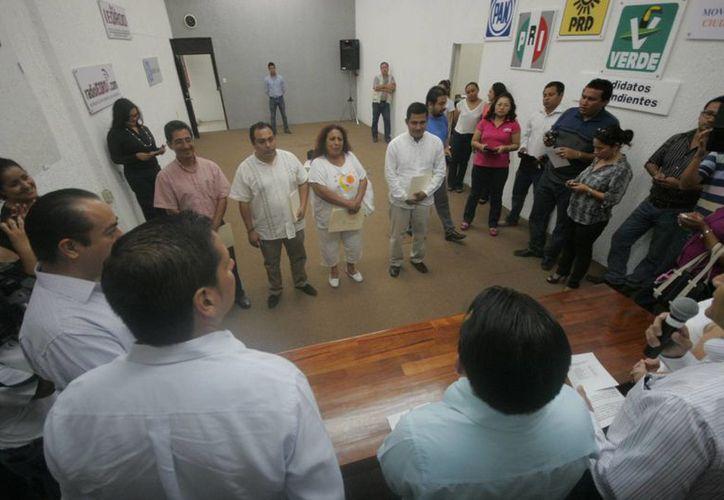 Autoridades del INE en Quintana Roo aseguran que la razón de ser de estos requisitos para los aspirantes sin partido, es evitar el uso de recursos de procedencia ilícita dentro del proceso electoral. (Harold Alcocer/SIPSE)