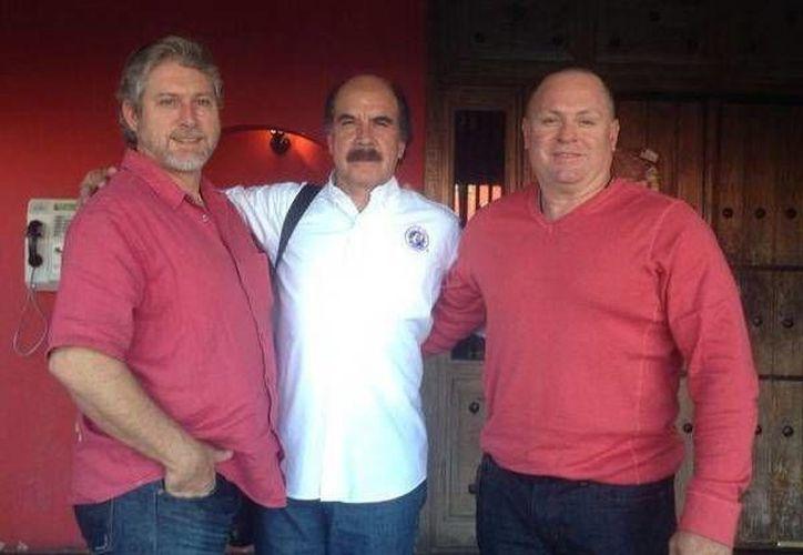 Gabriel Lozano y José Rodríguez, gerentes de Leones de Yucatán y Aguiluchos de Mexicali, respectivamente, con Juan Carlos Canizales, asesor deportivo de los melenudos. (Milenio Novedades)
