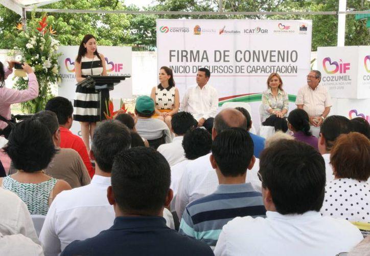 Ayer el ICAT y el DIF firmaron un convenio de colaboración para dar capacitación a personas con alguna discapacidad.  (Gustavo Villegas/SIPSE)