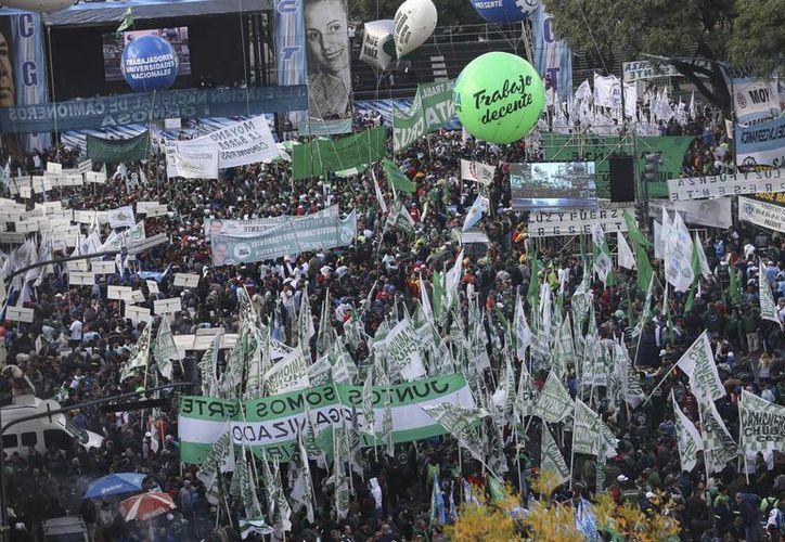 Las calles de Buenos Aires lucieron repletas de trabajadores que exigieron al Presidente una ley que frene los múltiples despidos y el alza a los productos básicos. (EFE)