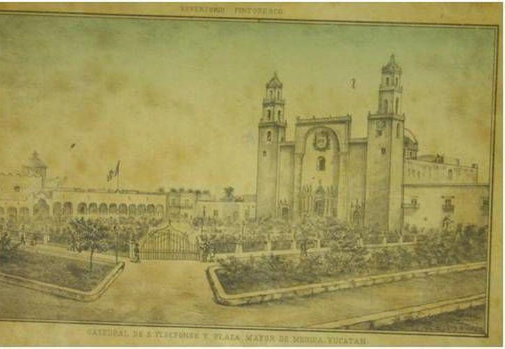 Imagen bastante antigua de cómo estaba la Catedral de Mérida, rodeada de hermosos espacios con arbolitos y el enrejado, además de que el Centro Histórico estaba más a todo dar. (Sergio Grosjean/SIPSE)