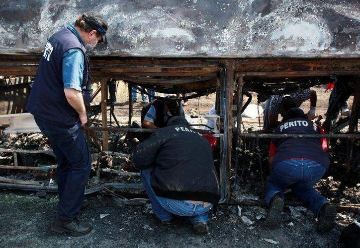 Los restos de las víctimas del incendio del camión son analizados en un laboratorio de genética en Tuxtla Gutiérrez, Chiapas, en busca de residuos de ADN. (AP)