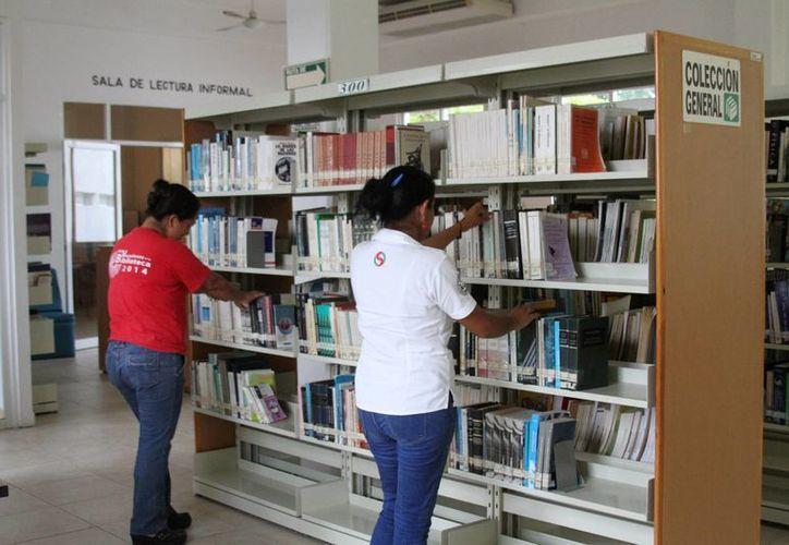 Los estudiantes son quienes más visitan las bibliotecas de Playa del Carmen. (Octavio Martínez/SIPSE)