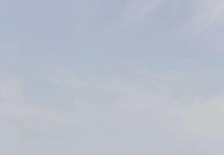 Un helicóptero del Ejército de Egipto recorre la zona donde cayeron fragmentos de un avión ruso. (AP)
