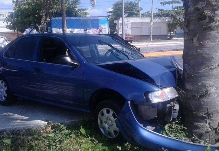 El vehículo quedo abandonado en un camellón. (Redacción/SIPSE)