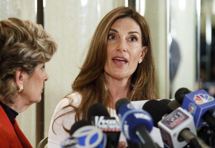 La estadounidense Karena Virginia (i), acompañada por su abogada Gloria Allred, ofrece una rueda de prensa en Nueva York donde revela que sufrió un abuso sexual por parte de Donald Trump. (EFE)