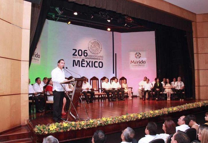 El alcalde Mauricio Vila estuvo este jueves en la Universidad Modelo previo al Grito de Independencia. (Foto cortesía del Ayuntamiento de Mérida)