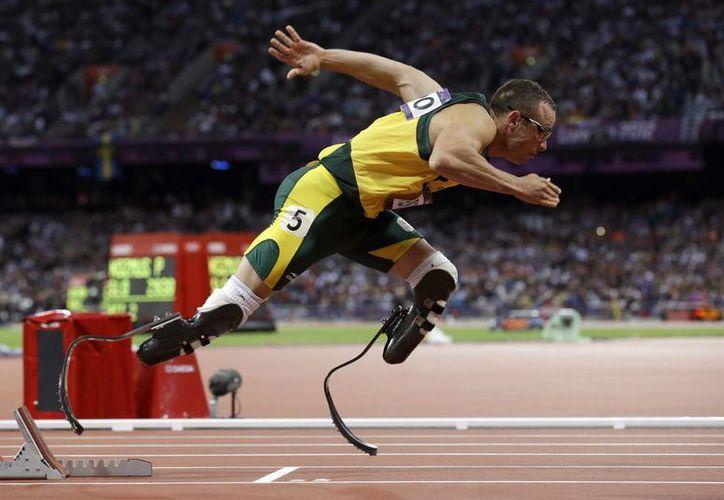 Pistorius en las semifinales de la competencia de los 400 metros planos, en Londres 2012. (Agencias)