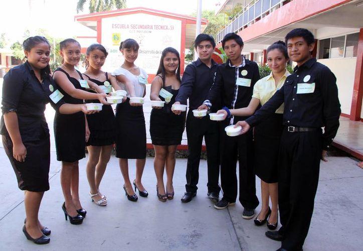 Imagen de los jóvenes emprendedores que muestran sus productos Deliyucas by ADN . (Milenio Novedades)