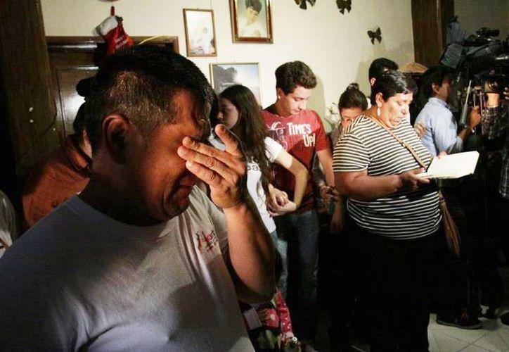 Familiares de Edgar Tamayo lloran su muerte en su pueblo natal el pasado miércoles. (EFE)