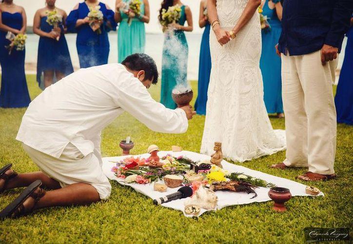 Las ceremonias mayas son atractivas para las parejas que contraen matrimonio. (Javier Ortiz/SIPSE)