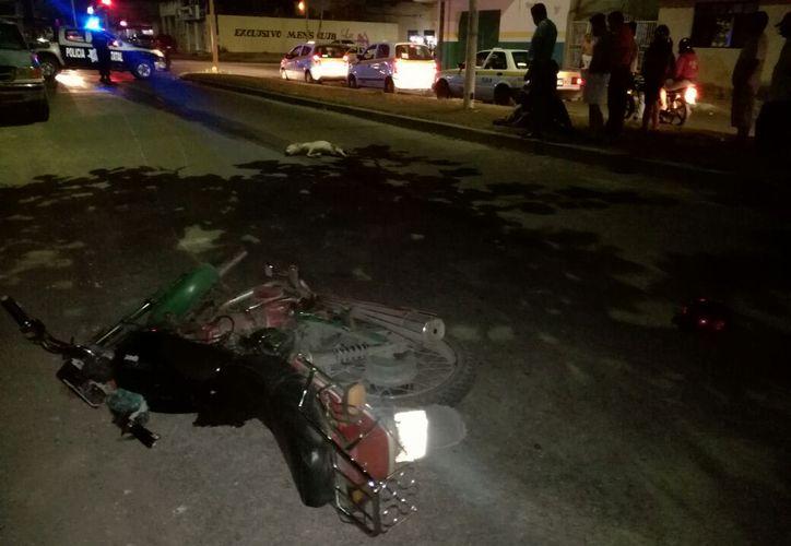 La motocicleta fue remolcada al corralón en espera de que el conductor se recupere. (Foto: Redacción/SIPSE)