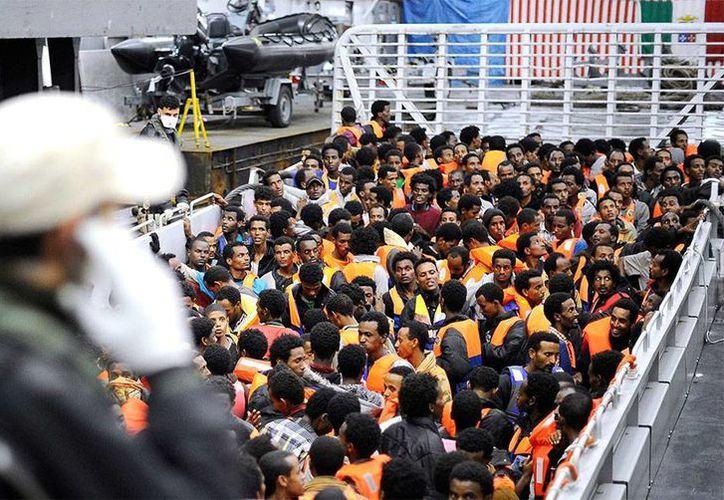 Fotografía del rescate de los inmigrantes frente a las costas de Sicilia, facilitada por la Marina italiana. (Reuters)