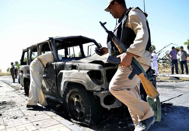 Soldados inspeccionan un coche carbonizado tras un atentado registrado esta semana en el Sinaí, Egipto. (EFE/Archivo)