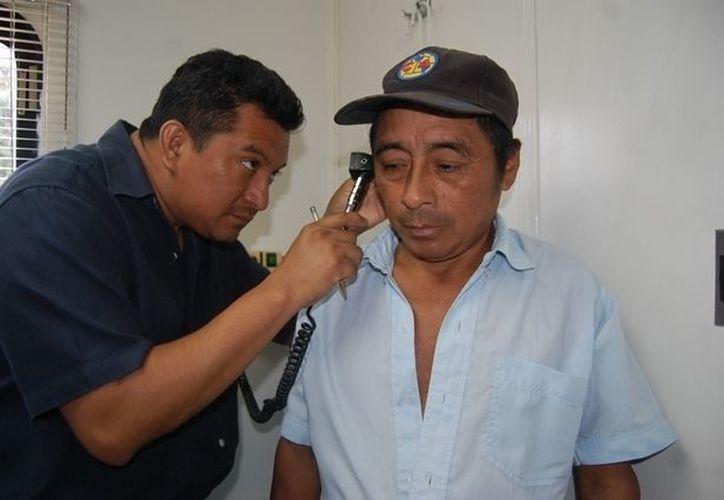 Los apoyos incluyen atención a problemas del oído. (Manuel Salazar/SIPSE)
