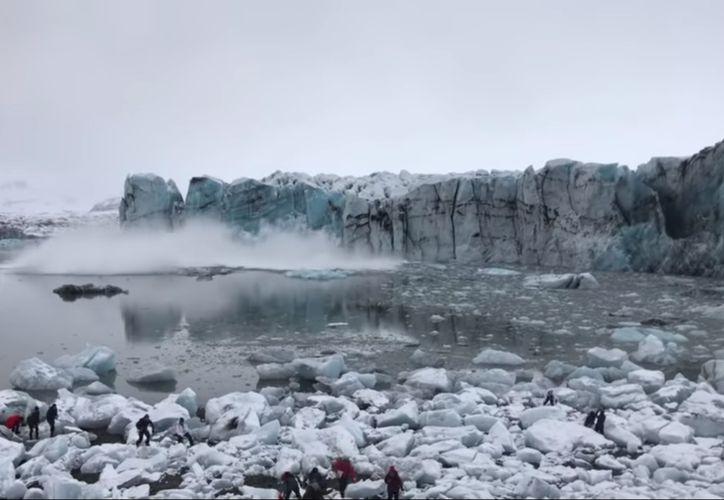 El derrumbe de parte de un glaciar en Islandia hizo huir a un grupo de turistas. (YouTube)