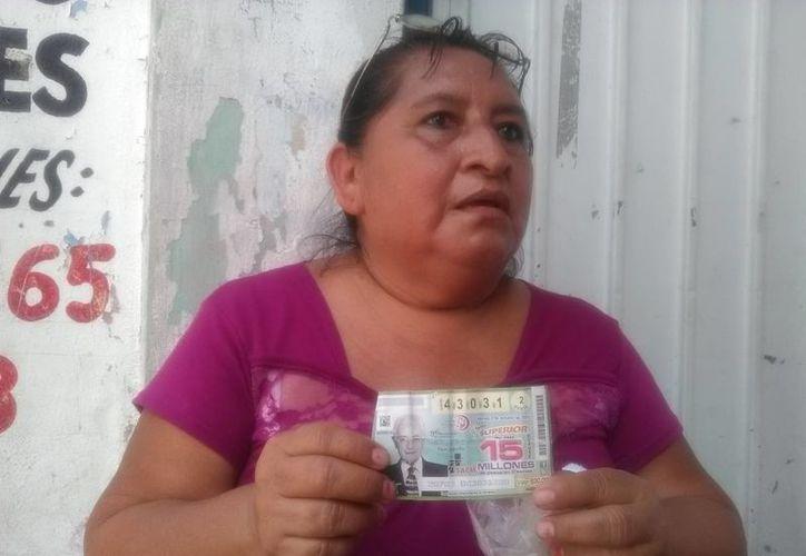 Ana María Sabido (foto) ayudó a otra pensando que ganaría 5 mil pesos, pero fue víctima de un fraude con un billete de lotería, por el que perdió más de dos mil pesos. (Foto de SIPSE)