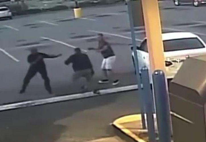 Gracias a que la víctima tocó el claxon de su vehículo, los transeúntes se percataron de la situación. (RT Noticias)