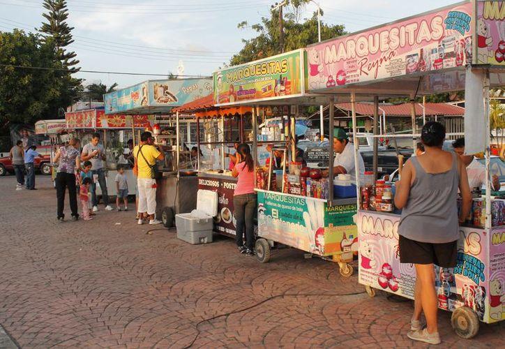 El comercio informal que también aumenta su presencia en las calles durante esta época. (Redacción/SIPSE)