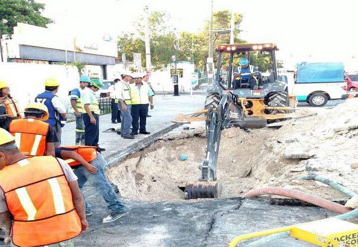 Para reparar la tubería dañada se abrió un a zanja ocho metros de largo. (Redacción/SIPSE)