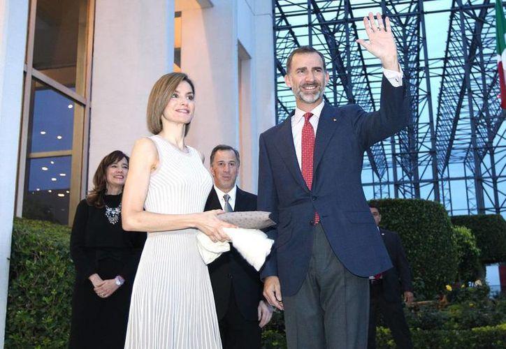 Los Reyes de España, Felipe VI y Letizia arribaron a la ciudad de México para iniciar una visita de Estado, que concluirá el 1 de julio. En el hangar presidencial fueron recibidos por el secretario de Relaciones Exteriores, José Antonio Meade Kuribreña. (Notimex)