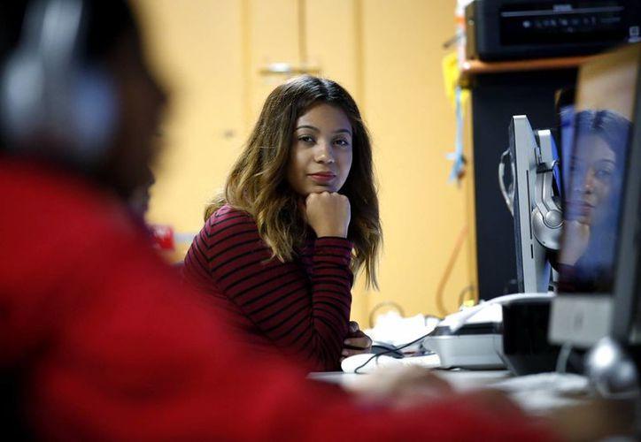 Andrea Aguilera es una estudiante universitaria de 20 años, que dice sentirse insegura desde las elecciones en EU. Llegó al país de forma ilegal cuando era una niña y pudo lograr un trabajo de permiso y evitar la deportación gracias al programa federal Deferred Action for Childhood Arrivals. (AP/Nam Y. Huh)