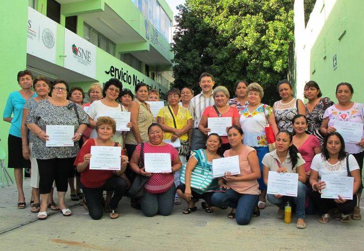 Un total de 25 mujeres recibieron capacitación de la STPS en pintura textil, así como becas económicas y una constancia de participación. (Foto cortesía del Gobierno)